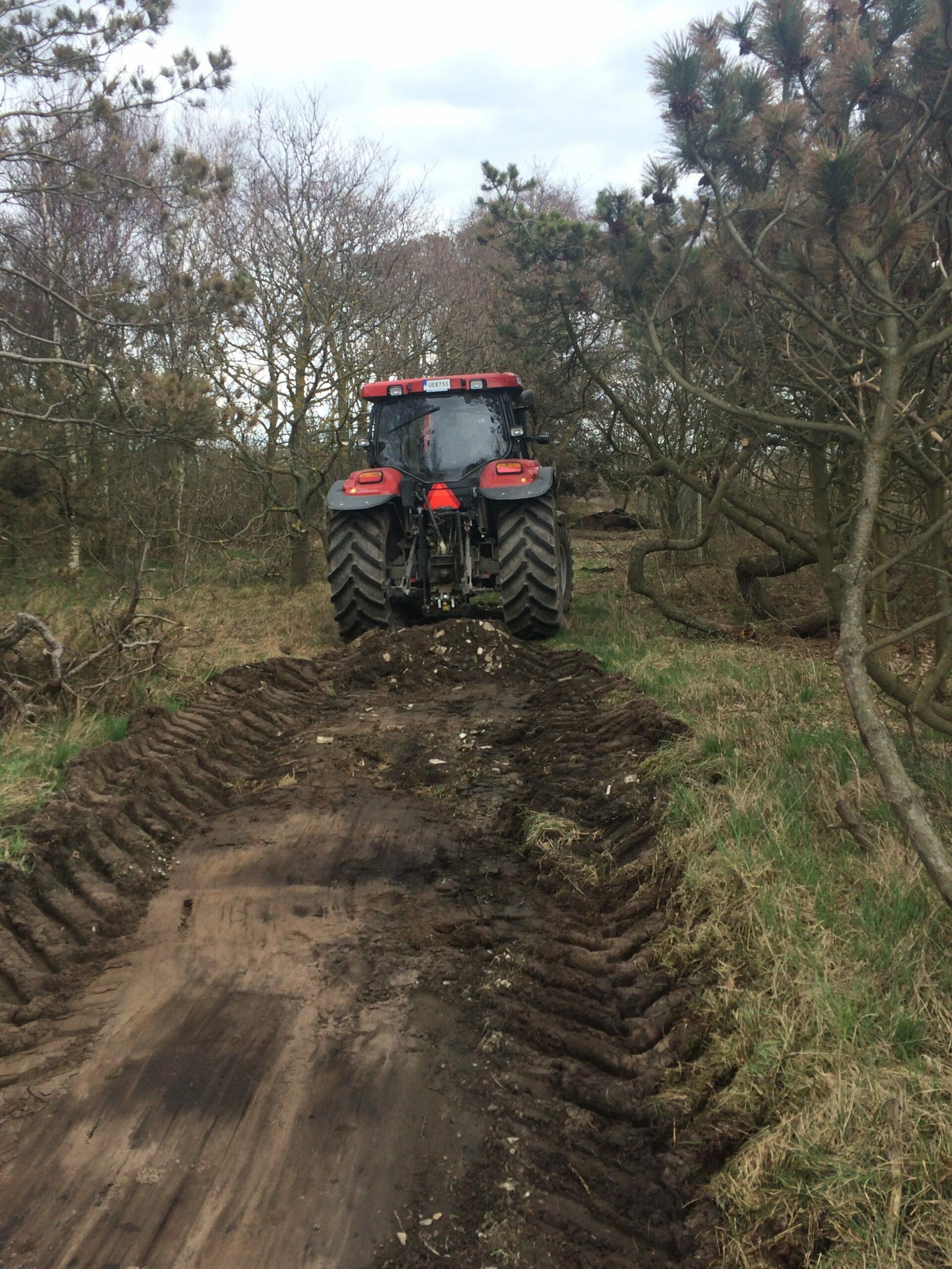 Traktor för markarbete i Clary's Hage